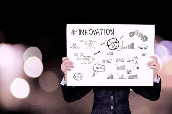 Mand med innovation skilt